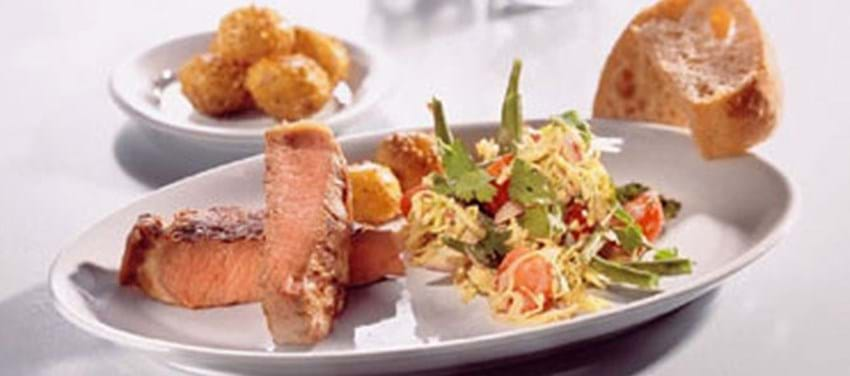 Grillede kalvekoteletter med thai coleslaw og sesamristede kartofler