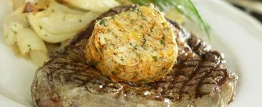 Grillede ribeye-steaks med kryddersmør