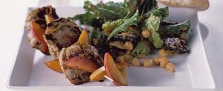 Grillet svinemørbrad med ferskner i balsamico og kikærtesalat