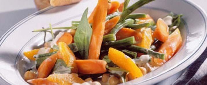 Gulerodssalat med appelsin, kikærter, chili og spinat