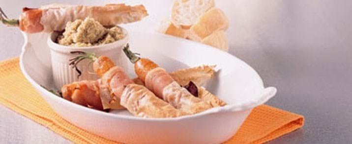 Gulerødder pakket i skinke og filodej med grøn tapanade