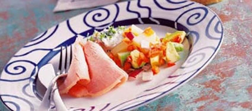 Hamburgerryg med lun avocado-kartoffelsalat og pikant sauce