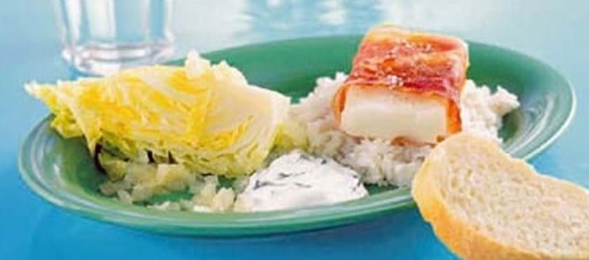Hellefisk bagt i serranoskinke til citrondampet spidskål