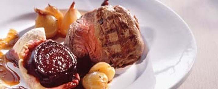 Helstegt oksemørbrad med rødbede tarte tatin