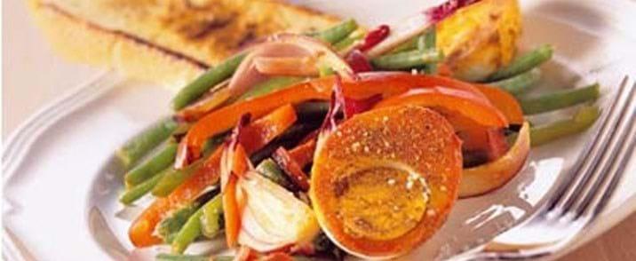 Hot grøntsagsmix med karrykrydrede æg