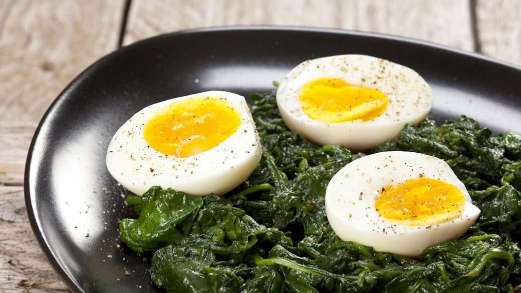 Smilende æg med spinat og sort peber
