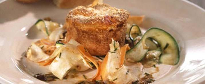 Jordskokkegratin med ost og marinerede grøntsager