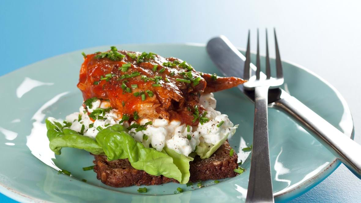 Smørrebrød med makrel i tomat og hytteost
