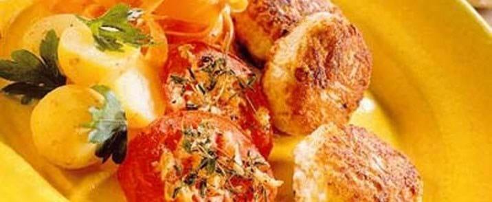 Kalkunkufta med bagte tomater og gulerodssalat