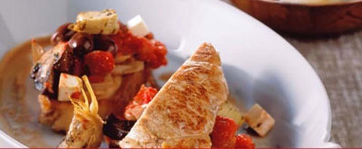 Bagte koteletter provencale og pasta vendt med mascarpone og basilikum