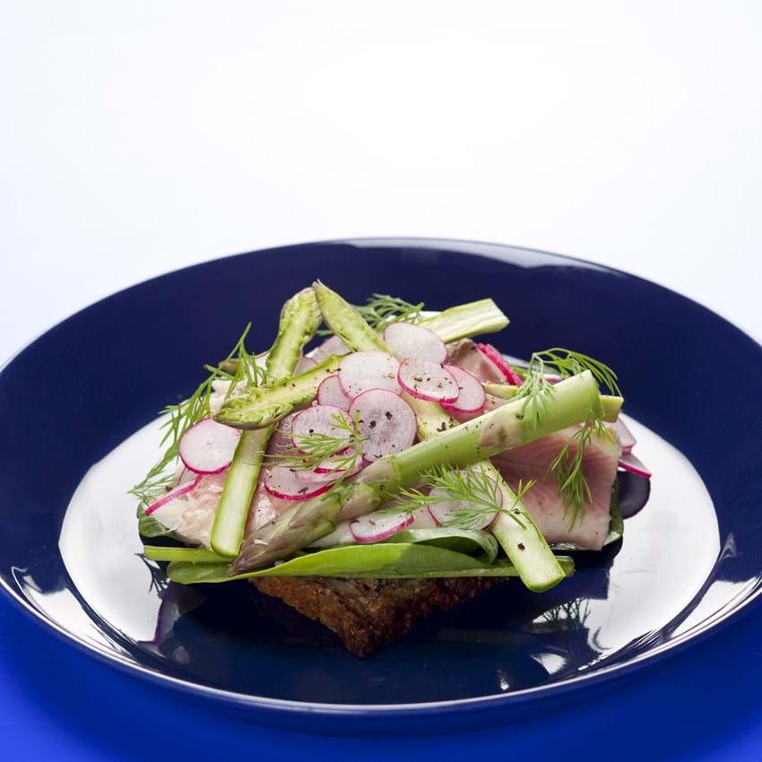 smørrebrød med røget ørred, spinat, radiser, asparges og dild