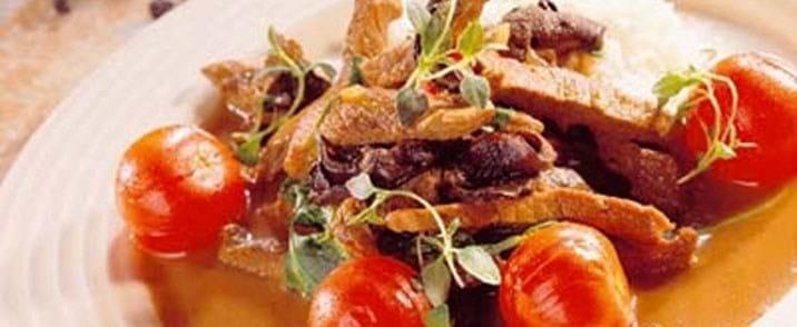 Kalvekød i strimler med rucola og svampe
