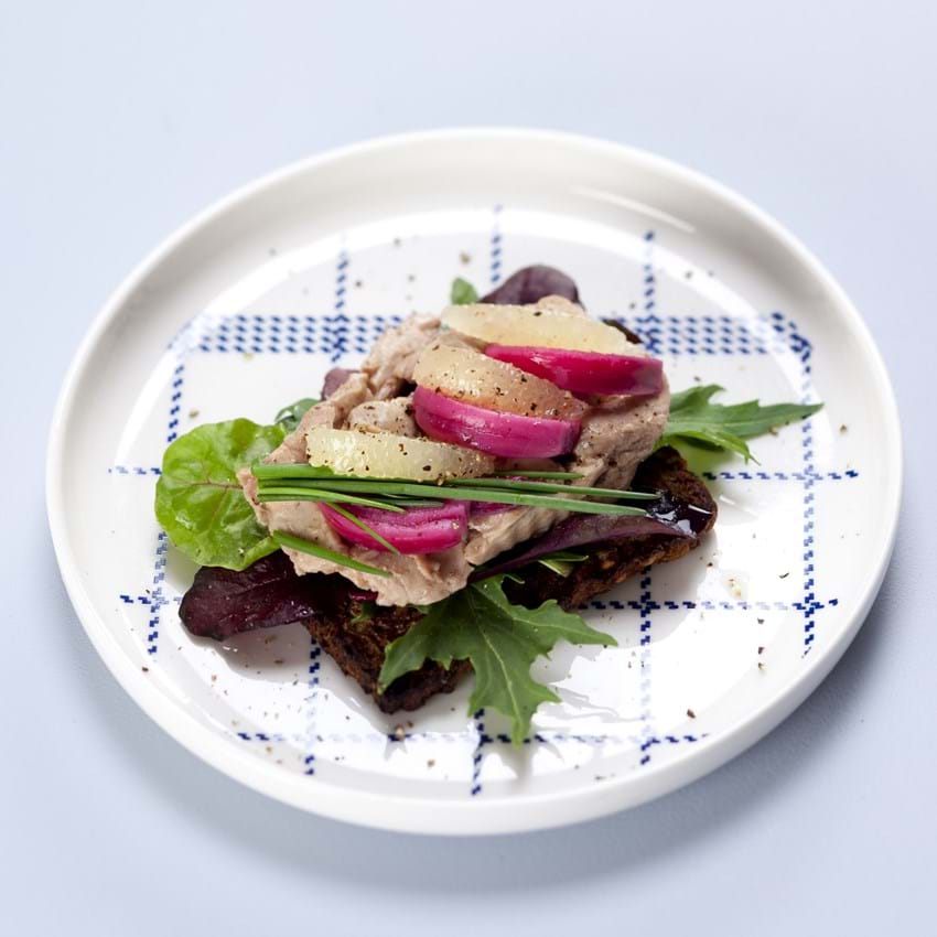 Smørrebrød med torskelever, citron og rødløg