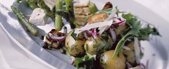 Kartoffelsalat og grillspyd med feta asparges og parmesancrouton