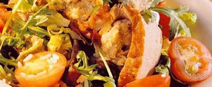 Kold svinemørbrad i skiver med tunpasta og rucolasalat