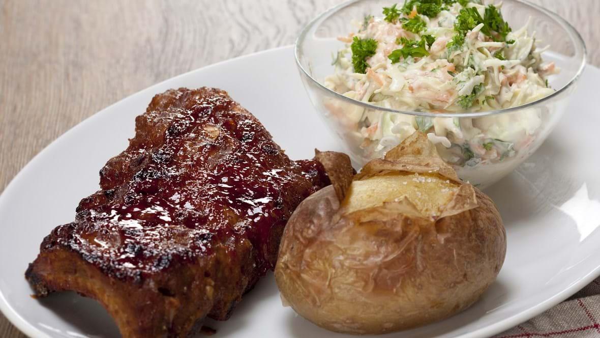 Spareribs med coleslaw og bagt kartoffel