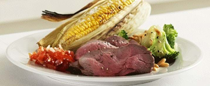 Kuglegrillstegt roastbeef med majs, tomatsalsa og kartoffelsalat