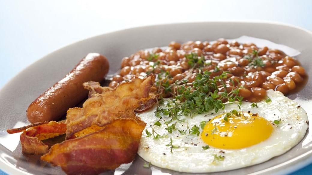 Spejlæg med baked beans, bacon og pølse