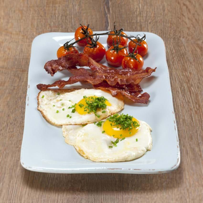 Spejlæg, bacon og bagte tomater