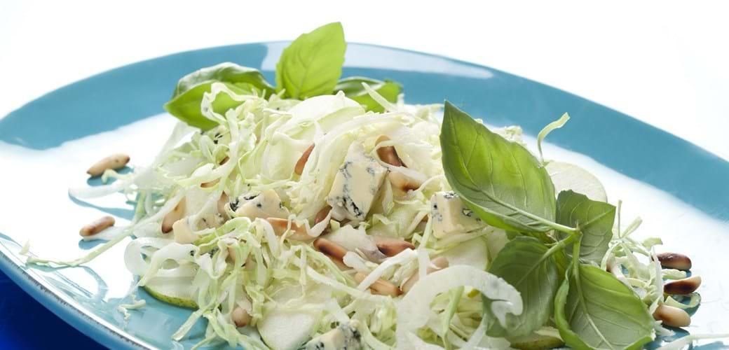 Spidskålsråkost med fennikel, blå ost og pinjekerner