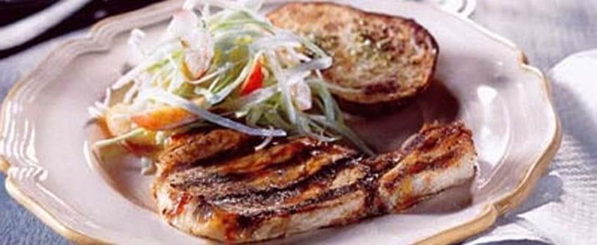 Barbecuekoteletter og coleslaw med abrikoser