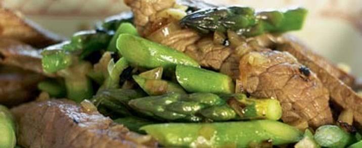 Lynstegt oksekød med asparges