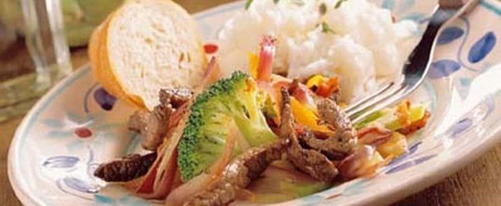 Lynstegt oksekød med mange grøntsager