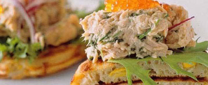 Majsblinis med rørt tun krydderurter og lakserogn