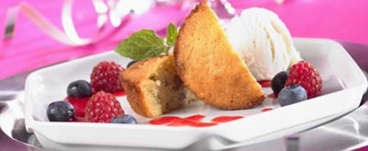 Marcipankager med hindbærcoulis og vanilleis