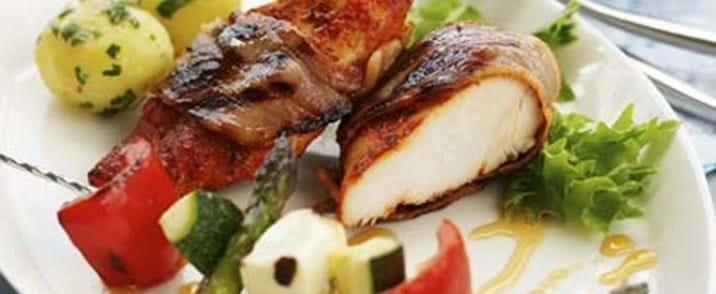 Marineret kylling med grøntsagsspyd