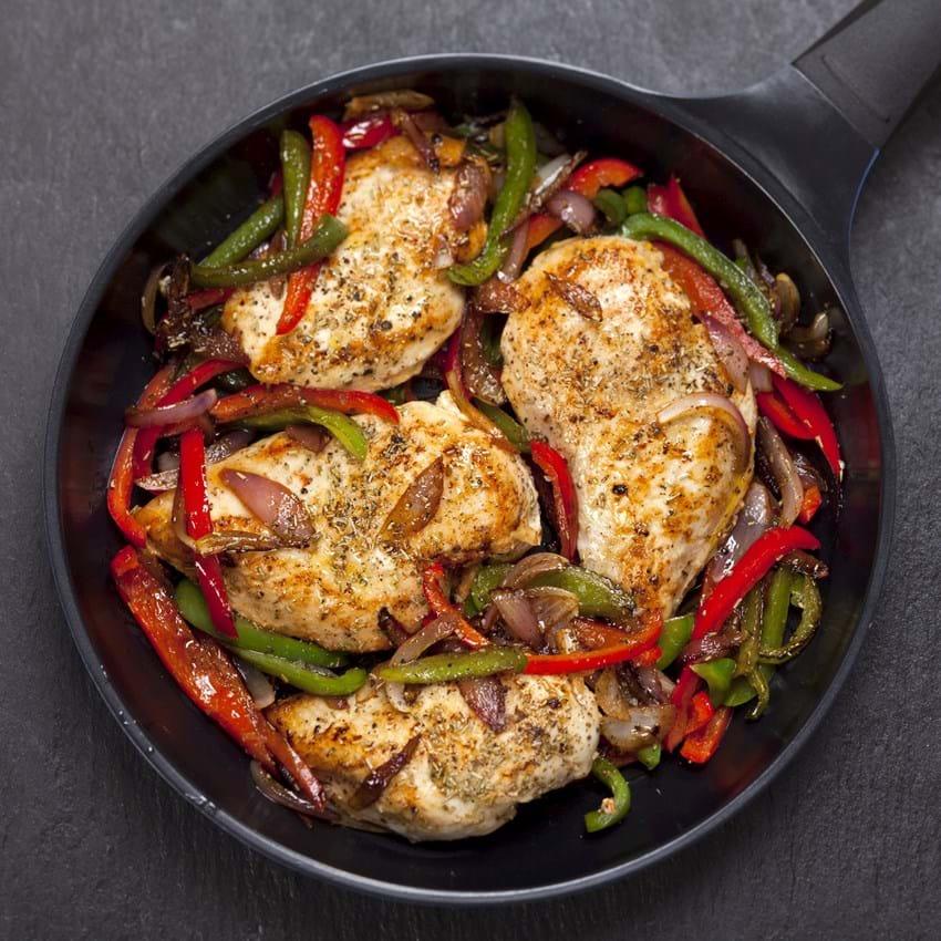 Stegt kylling med timian, løg og peberfrugter
