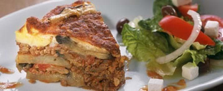 Moussaka med feta og græsk salat