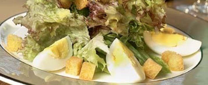 Blandet salat med brødcroutoner