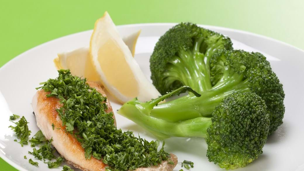 Stegt laks med krydderurter og broccoli