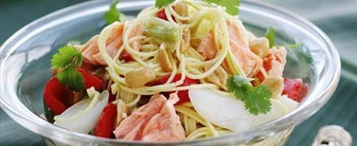Nudel salat med asiatisk dressing og grillet laks
