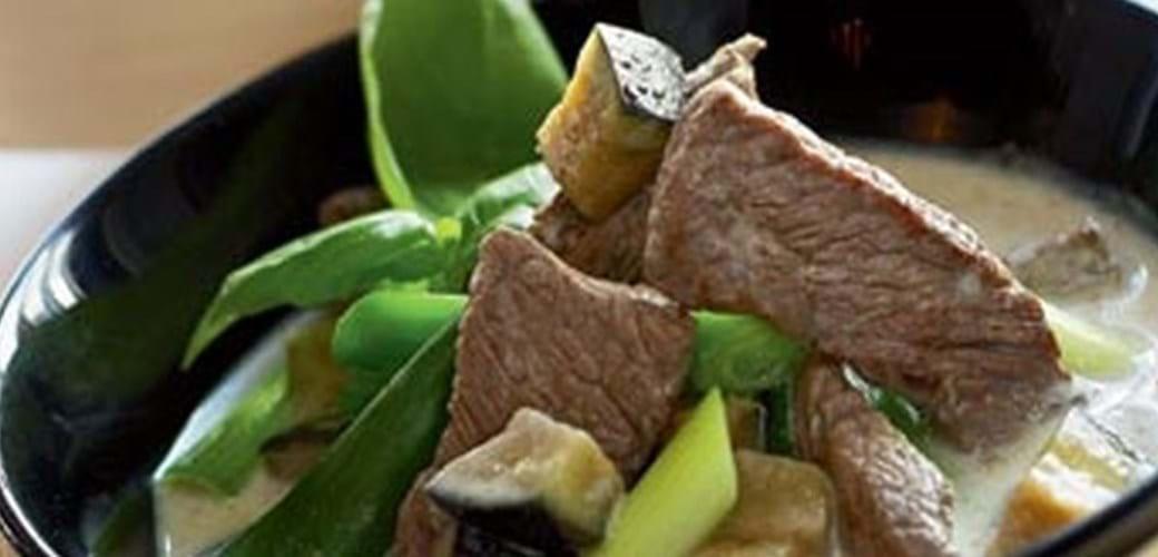 Oksekød i grøn karry med aubergine