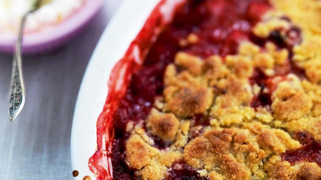 Overskudskage med jordbær, rabarber og rosa peber