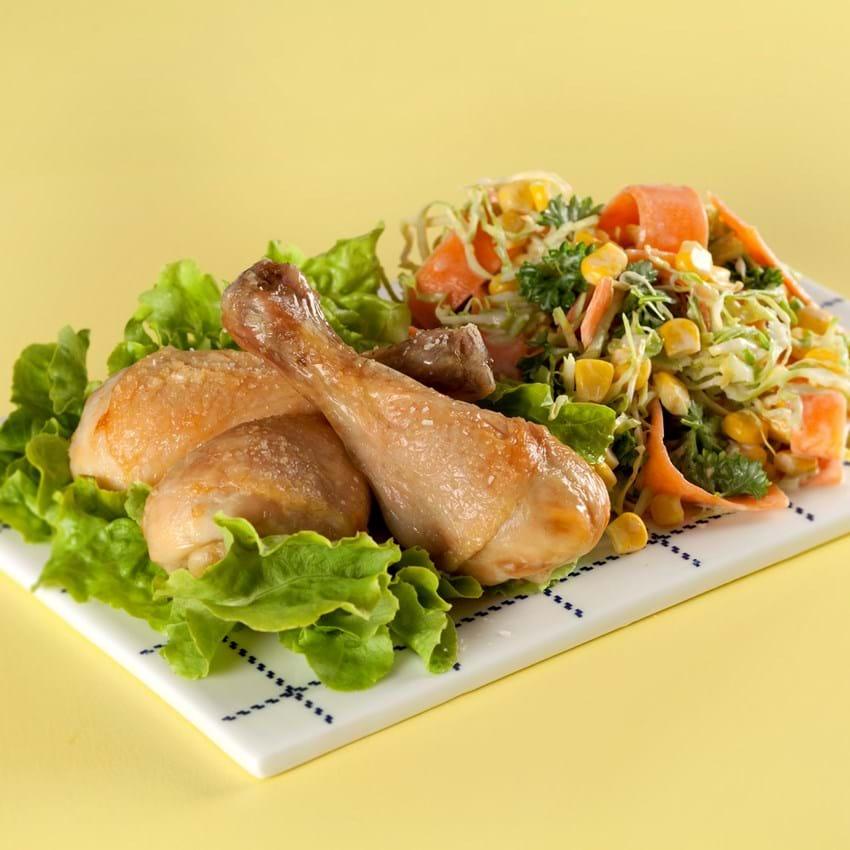 Stegte kyllingelår med grov coleslaw