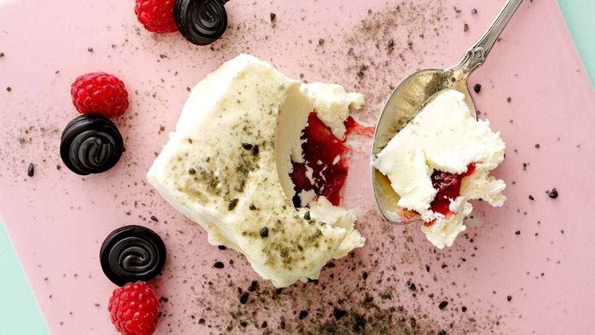 Kold is med varmt hindbærfyld og lakridsdrys