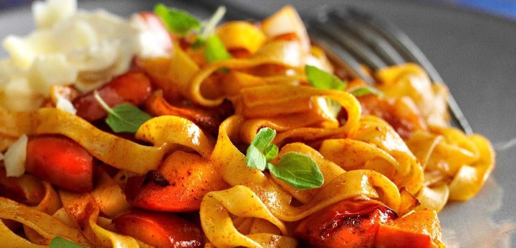 Paprikakrydret pasta med æble og løg