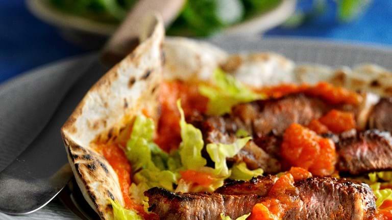 Tortillas med paprikabøffer og peberfrugtsauce