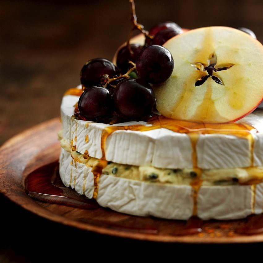 Brie og blåskimmelost med frugt og ahornsirup