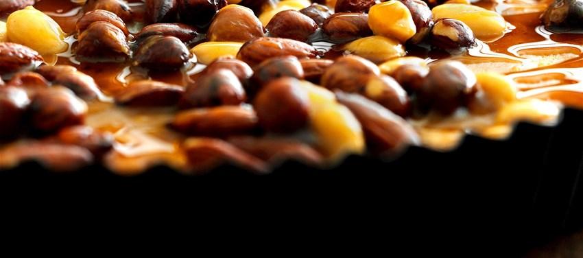 Mandelkage med nødder og ahornglasur