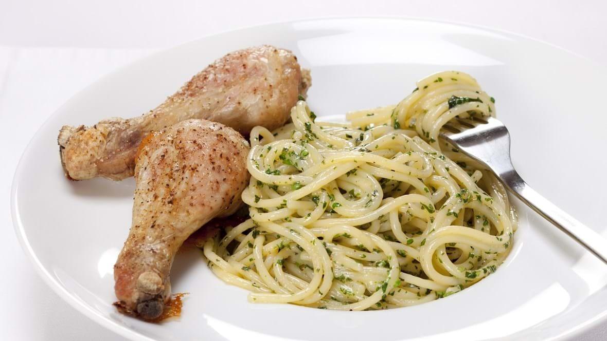 Stegte kyllingelår med pasta med basilikum