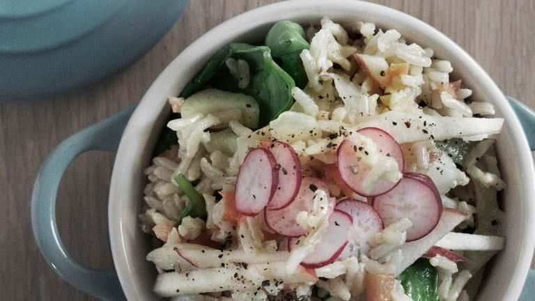 Lun salat med fuldkornsbasmati og grøntsager