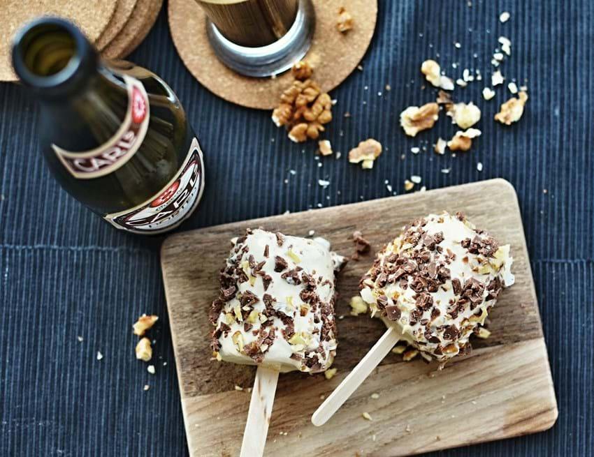 Maskulin øl-is med karamelliserede valnødder (4 små maskuline isbomber)