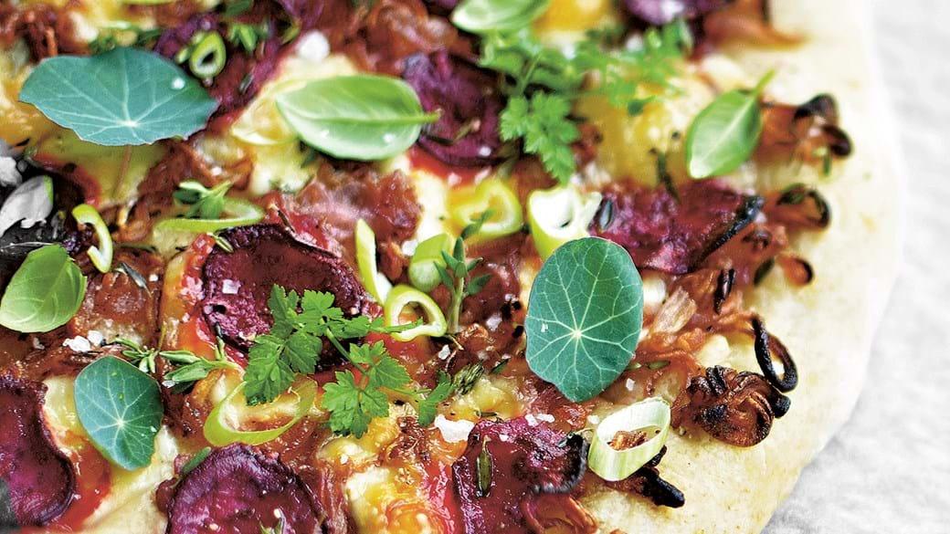 Grovpizza med karamelliserede rødløg og rødbede