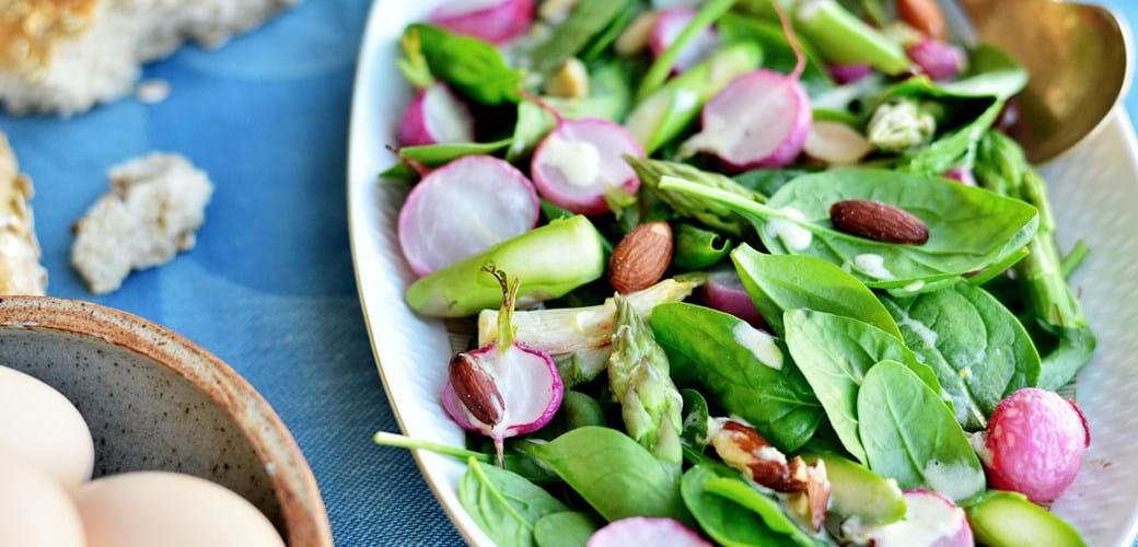 Aspargessalat med citrondressing og bagte radiser