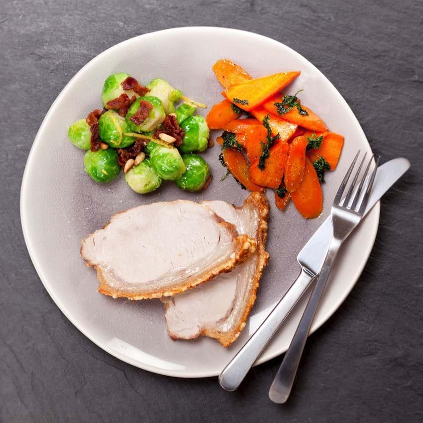 Svinekam med rosenkål og glaserede gulerødder