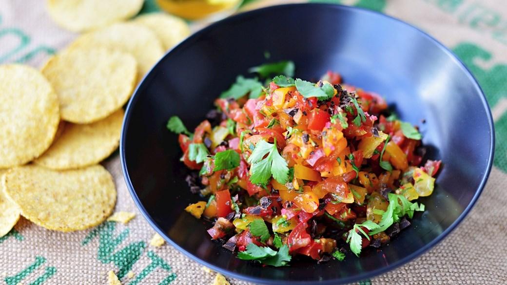 Stærk tomatsalsa med koriander og mørk chokolade